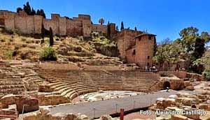 Teatro Romano y al fondo La Acazaba
